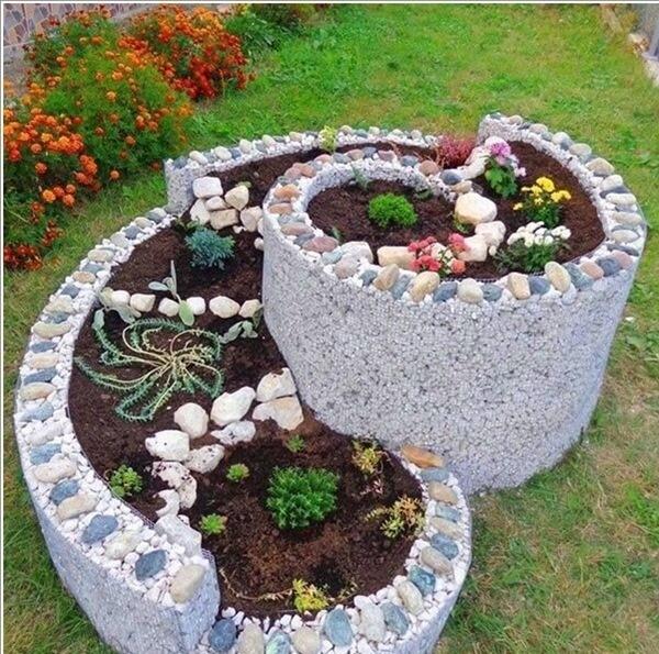 Những bồn hoa xoắn ốc giúp tạo điểm nhấn cho khu vườn